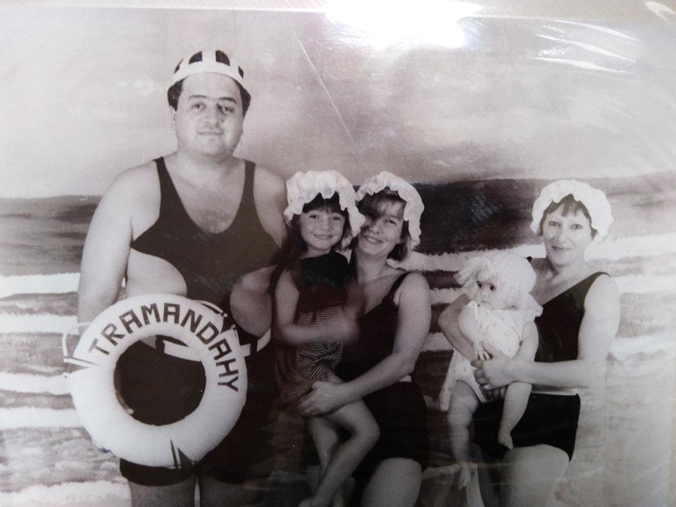 FINTA FOTO ANTICA 1992: MADRE, PADRE, IO, SORELLA E BABYSITTER